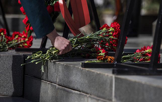niederlegung von Blumen an historischer Stätte