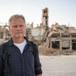 Markus Rode vor Ruinen in Aleppo, Syrien
